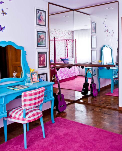 CARMELLO ARQUITETURA Nursery/kid's roomDesks & chairs