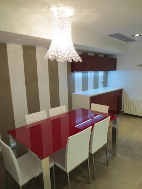 Renovacíon completa espacio comedor en cocina ROIMO INTEGRAL GRUP CocinaMesas, sillas y bancos