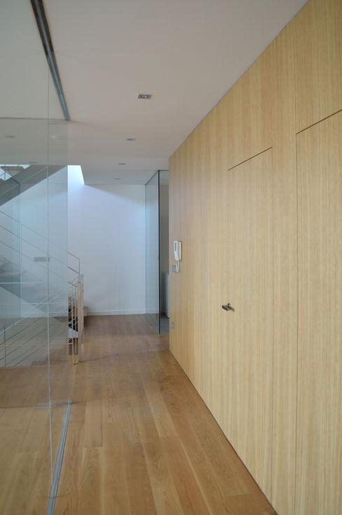 MBVB Arquitectos Paredes y pisos de estilo minimalista