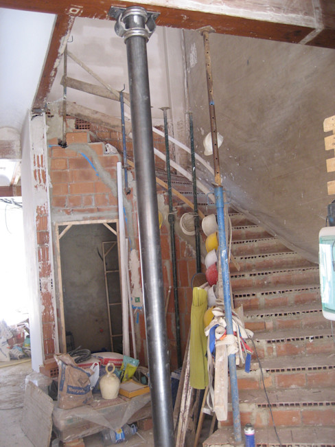 Aris & Paco Camús Modern corridor, hallway & stairs
