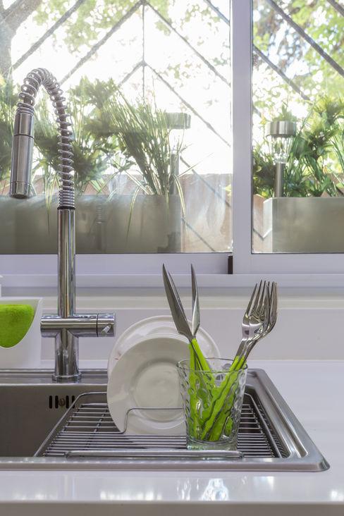 detalle de pileta y griferia GUTMAN+LEHRER ARQUITECTAS CocinasGrifería y bachas de cocina