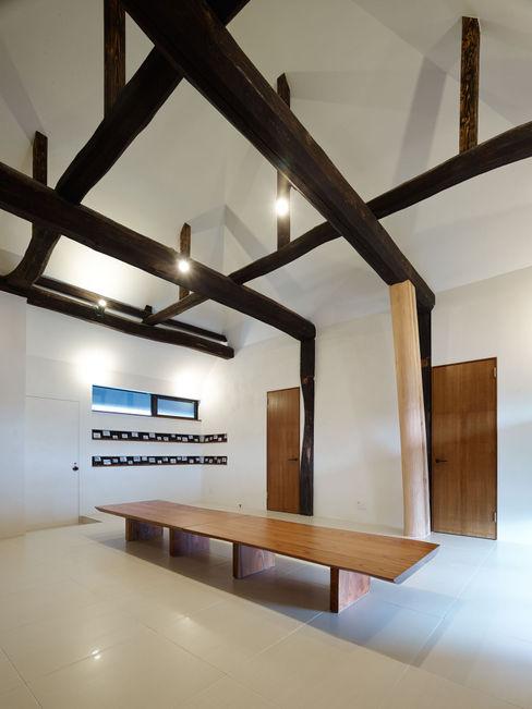 Operation KOMINKA 長友建築研究室 和風デザインの ダイニング 木材・プラスチック複合ボード 白色