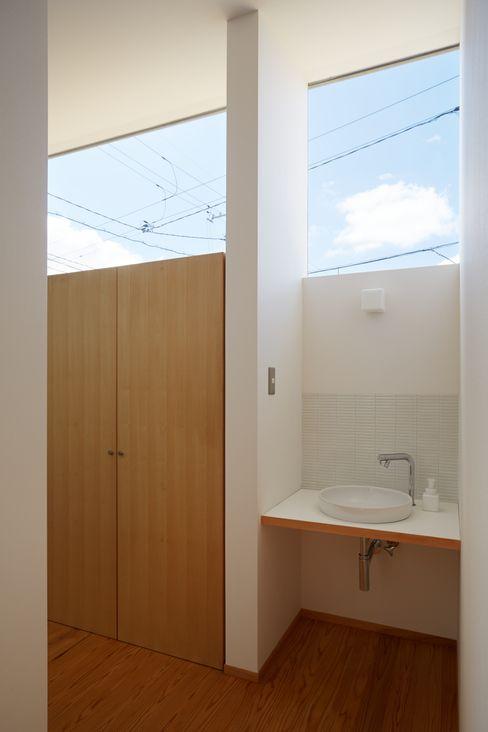 ふたつのコートを持つ家 toki Architect design office モダンスタイルの お風呂 木 白色