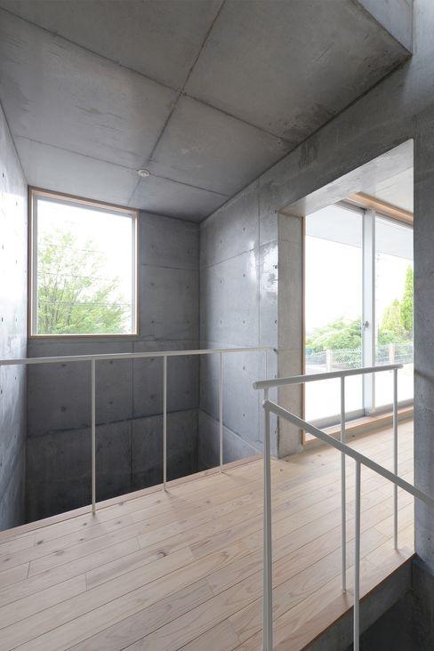 市原忍建築設計事務所 / Shinobu Ichihara Architects Modern corridor, hallway & stairs