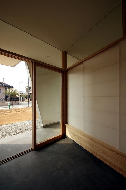 玄関土間 塔本研作建築設計事務所 オリジナルな 壁&床