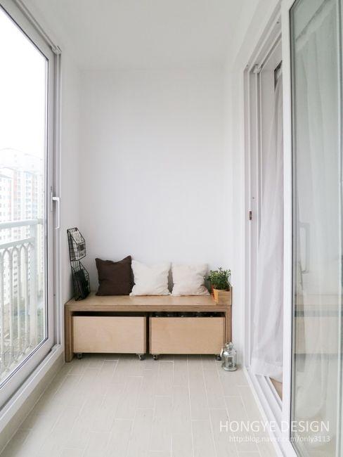 홍예디자인 Modern balcony, veranda & terrace