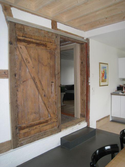 Binder Architektur AG Puertas y ventanas de estilo rústico