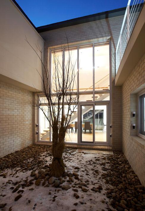 (주)건축사사무소 아뜰리에십칠 Balcon, Veranda & Terrasse modernes