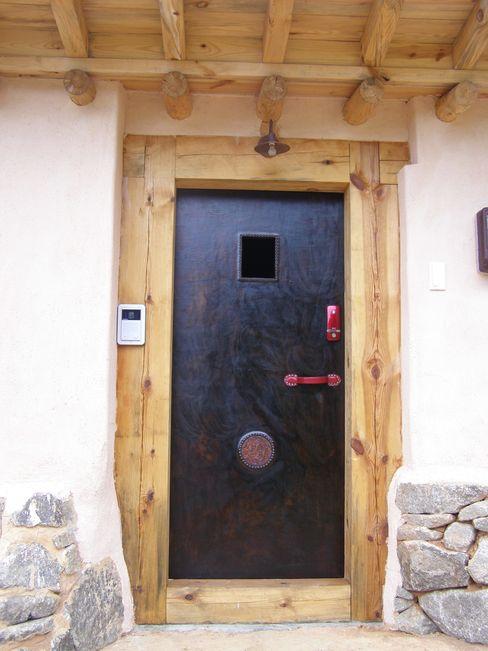 가죽공예로 만든 현관문 다우리공방