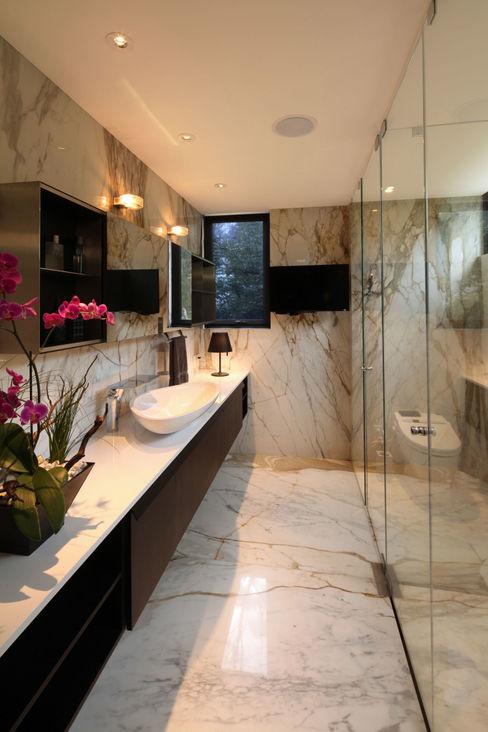 Casa Basaltica grupoarquitectura Baños de estilo minimalista