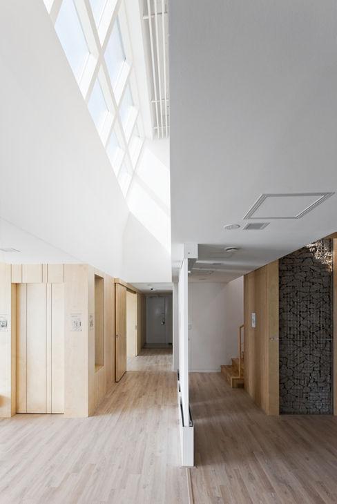 E+ Green Home UnSangDong Architects 모던스타일 복도, 현관 & 계단