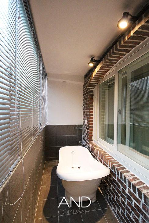 앤드컴퍼니 Moderne balkons, veranda's en terrassen