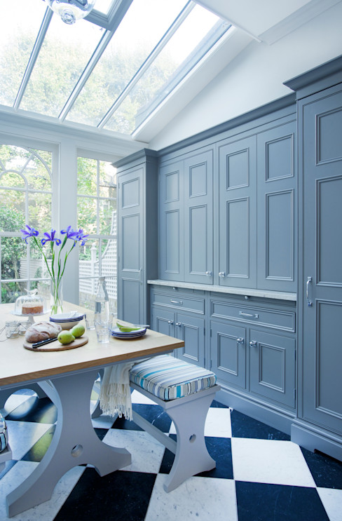 Dresser & Breakfast Table with Bench Seating. Dresser painted in Downpipe by Farrow & Ball. Lewis Alderson CucinaTavoli & Sedie