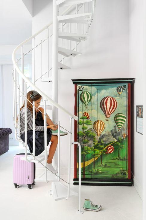 białe mieszkanie dwupoziomowe Warszawa livinghome wnętrza Katarzyna Sybilska Nowoczesny korytarz, przedpokój i schody