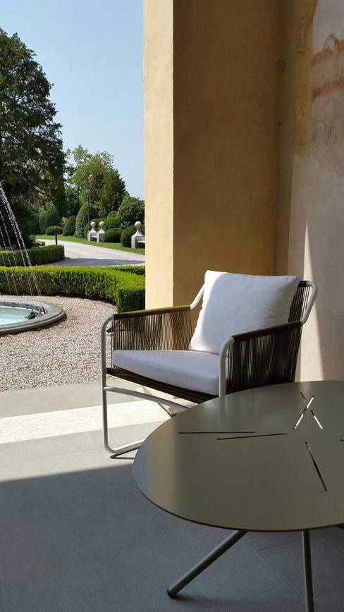 Scorcio sul giardino Odue Modena - Concept Store Balcone, Veranda & Terrazza in stile moderno
