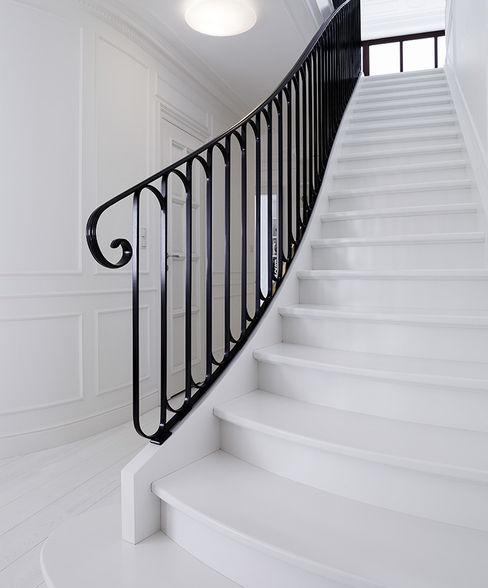 ST497 Białe schody gięte / ST497 White Curved Stairs Trąbczyński Klasyczny korytarz, przedpokój i schody