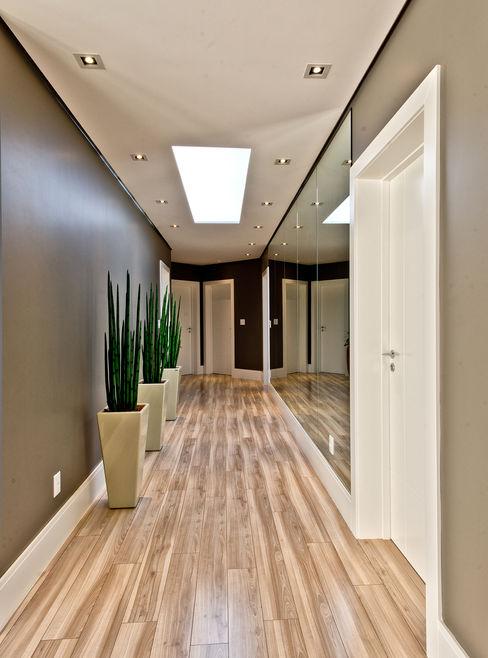 Espaço do Traço arquitetura Modern corridor, hallway & stairs