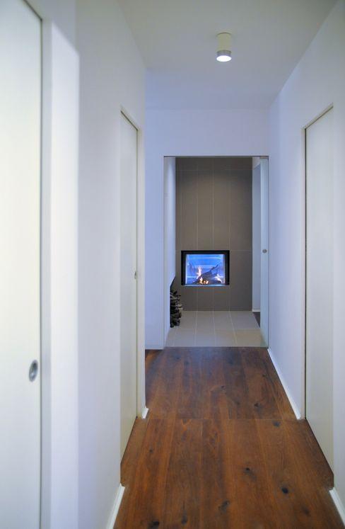 na3 - studio di architettura Moderne gangen, hallen & trappenhuizen Aardewerk Bruin