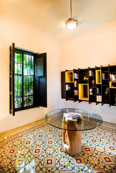 Taller Estilo Arquitectura Corredores, halls e escadas modernos Amarelo