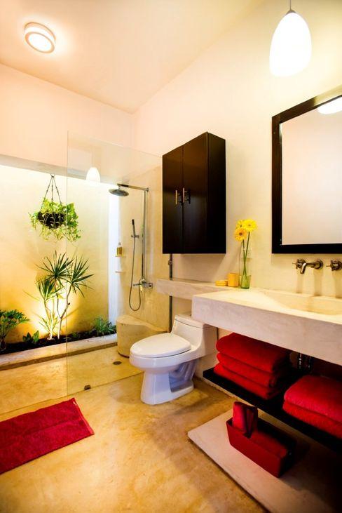 Taller Estilo Arquitectura Modern style bathrooms Red