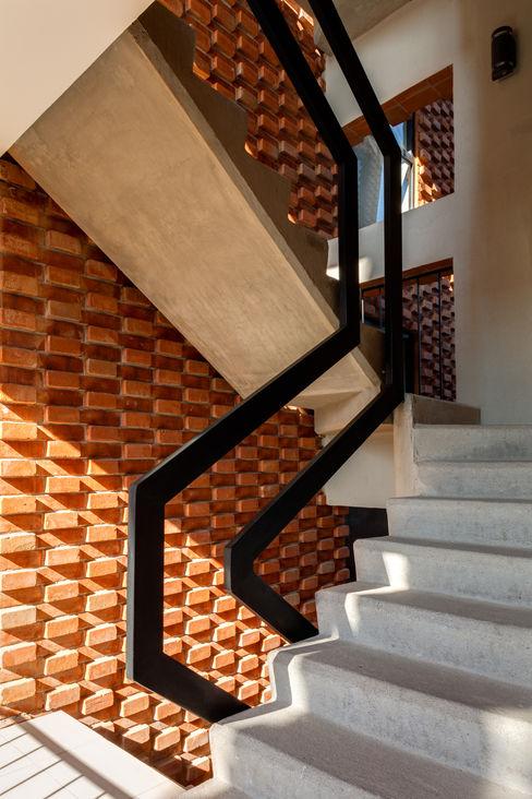Grupo Nodus Arquitectos Country style corridor, hallway& stairs