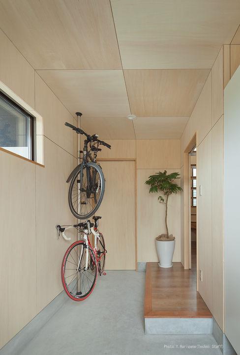 松岡健治一級建築士事務所 Couloir, entrée, escaliers minimalistes Contreplaqué