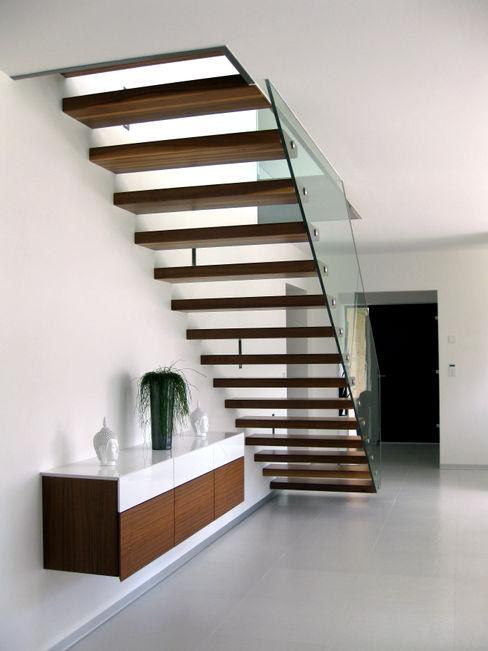 Innenansicht Treppe Einfamilenhaus S. up2 Architekten Moderner Flur, Diele & Treppenhaus