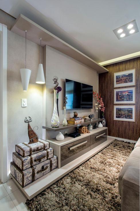 Adriana Pierantoni Arquitetura & Design Eclectic style media room