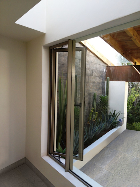 homify Classic windows & doors Aluminium/Zinc Beige