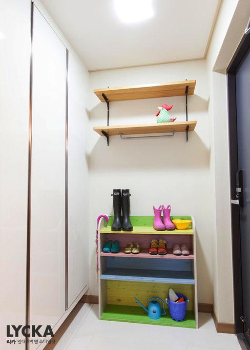 비비드 컬러를 사용한 홈스타일링 LYCKA interior & styling 스칸디나비아 복도, 현관 & 계단