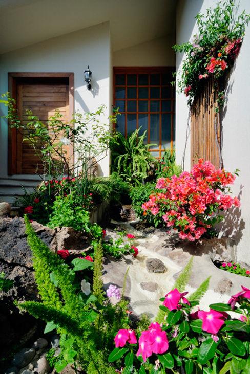cascada de ingreso Excelencia en Diseño Jardines de estilo asiático Derivados de madera Blanco