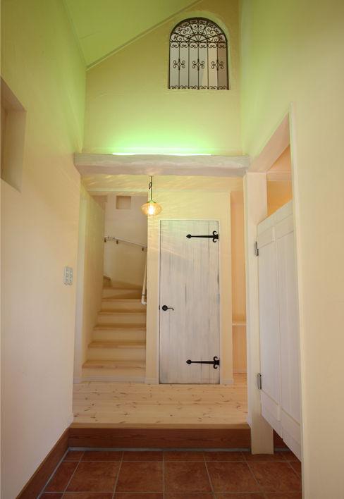 株式会社アートカフェ Country style corridor, hallway & stairs White