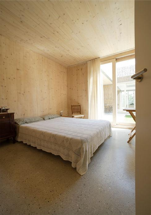 b-House Camera da letto moderna Legno massello Effetto legno