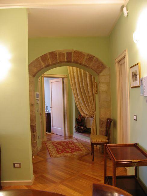 L'arco in pietra di Assisi - The archway made of local stones Planet G Pareti & Pavimenti in stile classico