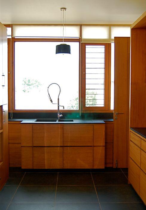 K HOUSE KIRON CHEERLA ARCHITECTURE Asian style kitchen Plywood Brown