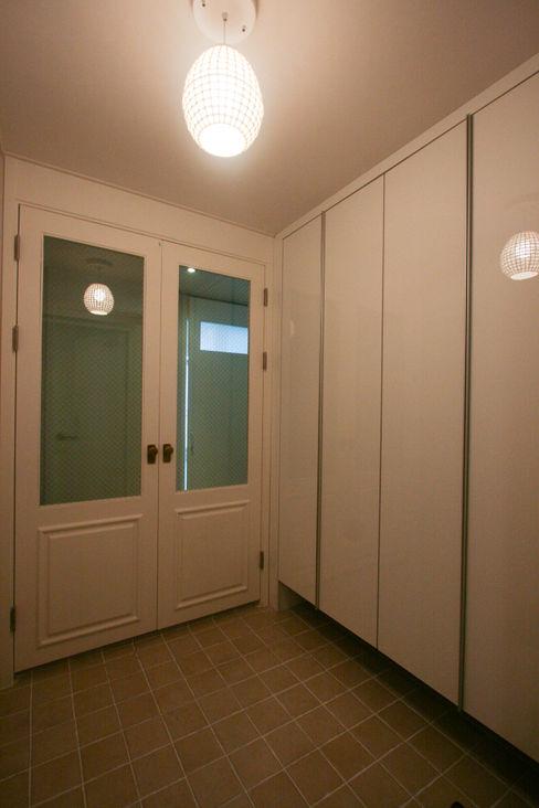 홍예디자인 Modern corridor, hallway & stairs