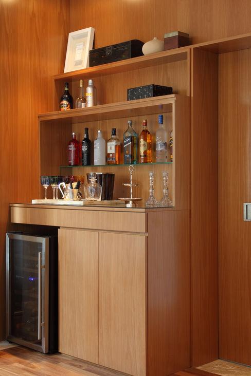 MF Arquitetos Ruang Penyimpanan Wine/Anggur Modern Kayu Wood effect