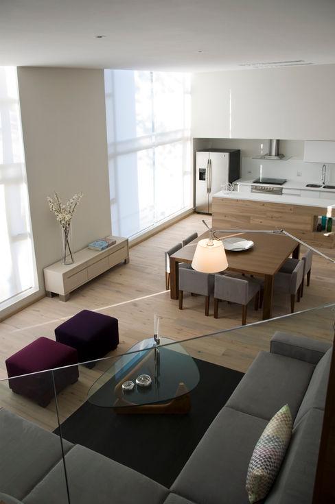 Basch Arquitectos Sala da pranzo in stile scandinavo Legno Viola/Ciclamino