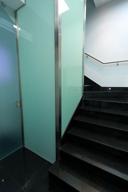 Escaleras construcciones y reformas Viguera Pasillos, vestíbulos y escaleras de estilo moderno
