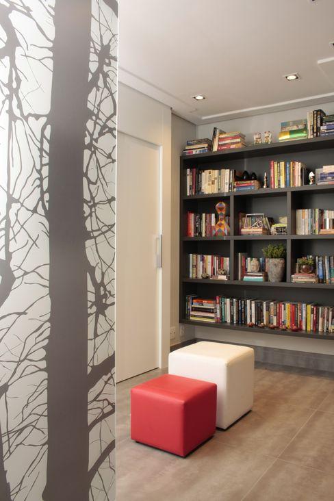 MINI BIBLIOTECA Fernanda Moreira - DESIGN DE INTERIORES Corredores, halls e escadas modernos MDF Cinza
