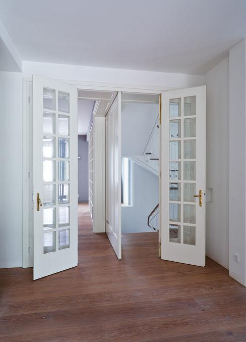 Mayr & Glatzl Innenarchitektur Gmbh Finestre & Porte in stile moderno