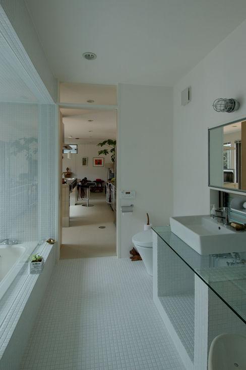 自然を感じる家で暮らす スタジオ・ベルナ モダンスタイルの お風呂 タイル 白色