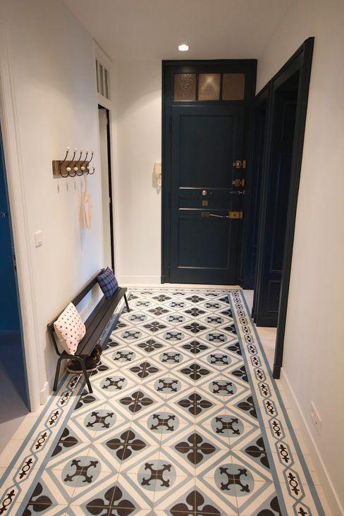 Une entrée en carreaux de ciment Atelier[21] Couloir, entrée, escaliers modernes