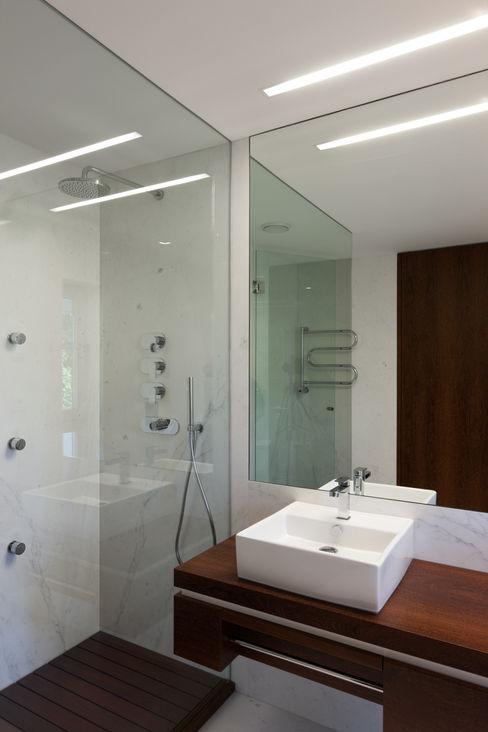 XYZ Arquitectos Associados Moderne Badezimmer
