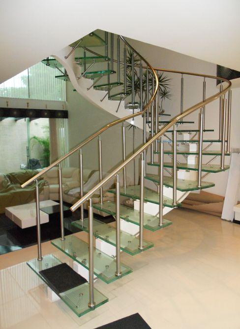 Escalera de Cristal Laminado con Pasamanos y Herrajes de Acero Inoxidable - Vista 1 INGENIERIA Y DISEÑO EN CRISTAL, S.A. DE C.V. Pasillos, vestíbulos y escaleras de estilo moderno Vidrio Transparente
