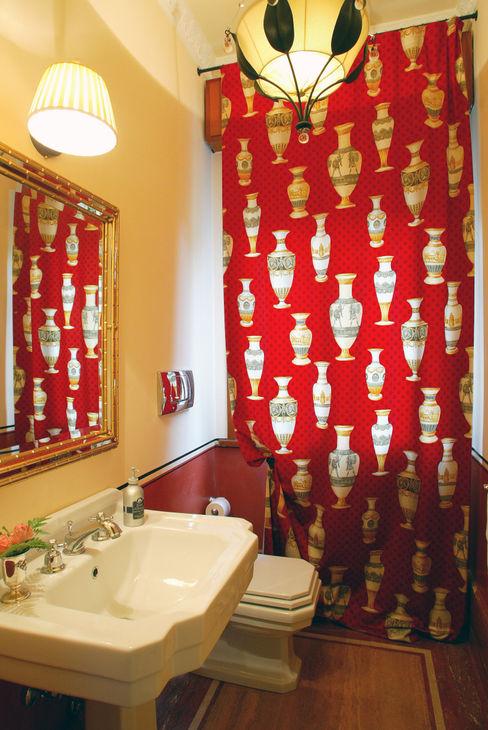 bagno con tende rosse bilune studio Bagno in stile classico