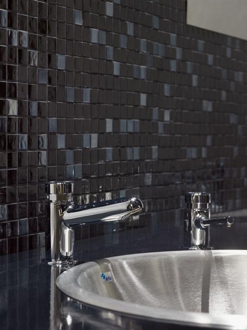 homify Ванная комната в стиле модерн Стекло