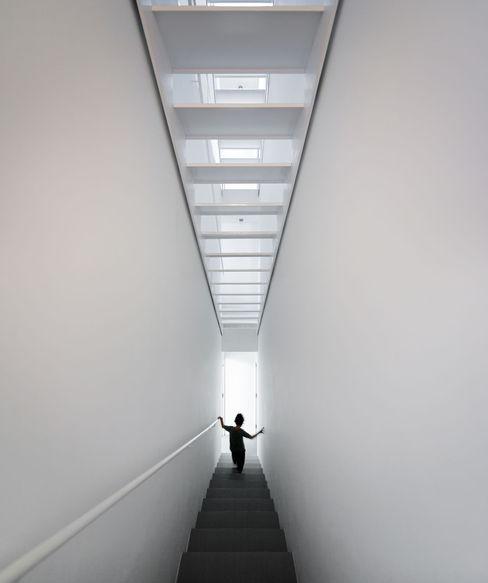 EXTRASTUDIO Pasillos, halls y escaleras mediterráneos