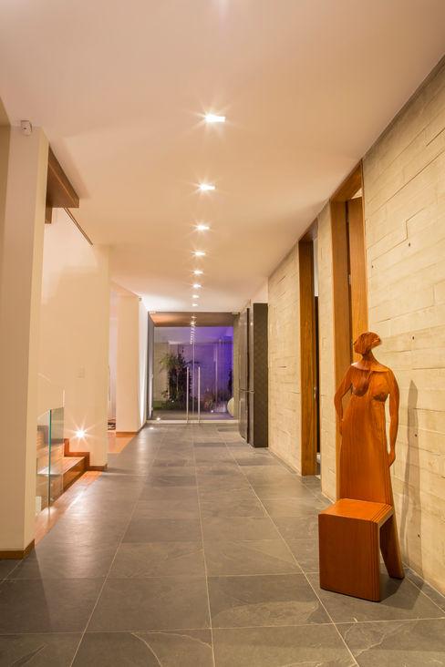 Calidez en el recorrido DLPS Arquitectos Pasillos, vestíbulos y escaleras modernos