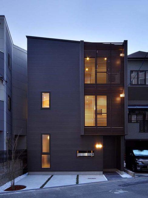 外観(正面/夕景) 6th studio / 一級建築士事務所 スタジオロク モダンな 家 ブラウン